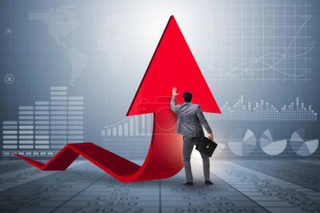 Photo pour Homme d'affaires soutenant organisée en économie sur graphique graphique - image libre de droit