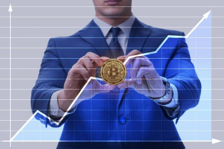 Photo pour Homme d'affaires en Bitcoin concept d'augmentation des prix - image libre de droit