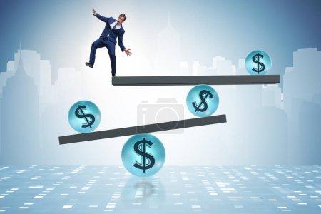 Photo pour Équilibrage homme d'affaires dans le concept de dollar financier - image libre de droit