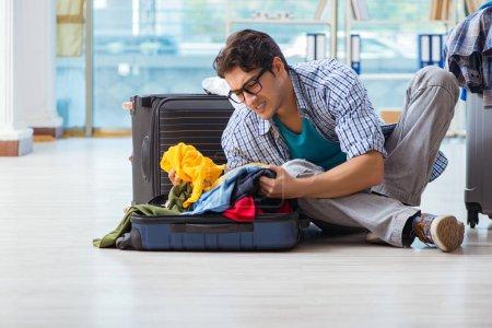 Photo pour Jeune homme se préparant pour les vacances - image libre de droit