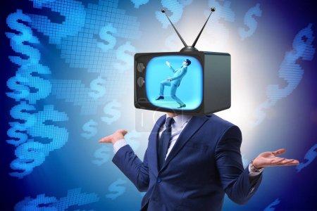 Photo pour Homme avec tête de télévision dans le concept de dépendance à la télévision - image libre de droit