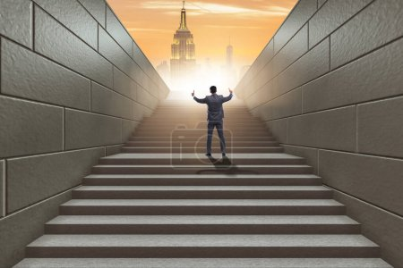 Photo pour Homme d'affaires grimpant une échelle de carrière difficile dans le concept d'entreprise - image libre de droit