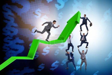 Photo pour Un homme d'affaires soutient la croissance de l'économie sur le graphique - image libre de droit