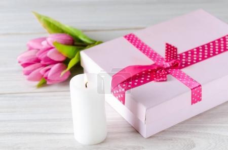 Photo pour Coffret cadeau disposé sur la table en Saint Valentin concept de vacances - image libre de droit