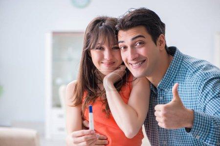 Photo pour Femme et mari regardant le test de grossesse - image libre de droit