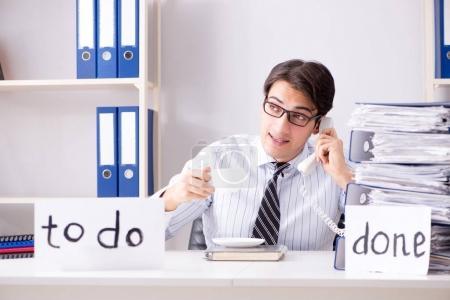 Photo pour Homme d'affaires travaillant sur sa liste de tâches - image libre de droit