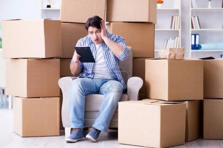 Photo pour Jeune homme vers la nouvelle maison avec des boîtes - image libre de droit