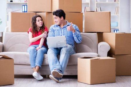 Junges Paar zieht mit Boxen in neues Haus ein