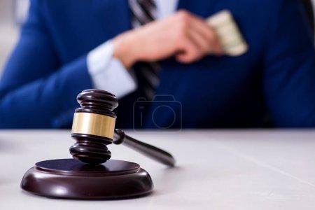 Photo pour Avocat recevant de l'argent comme pot de vin - image libre de droit