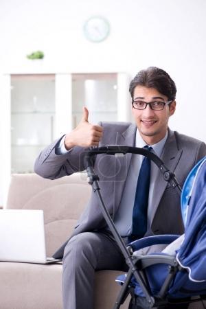Photo pour Homme d'affaires à la recherche après le télétravail et le nouveau-né à la maison - image libre de droit