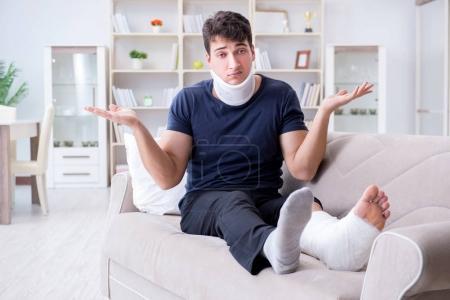 Foto de Hombre herido en accidente recuperando en casa de lesión de trallazo y pierna rota - Imagen libre de derechos