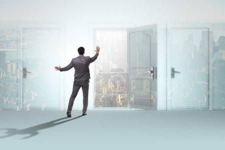 Photo pour Homme d'affaires confronté à de nombreuses opportunités d'affaires - image libre de droit