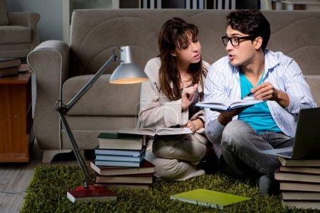 Photo pour Deux étudiants qui étudient tard pour se préparer aux examens - image libre de droit