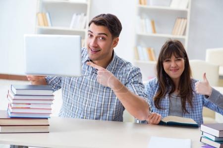 Foto de Estudiantes sentados y estudiando en la Universidad de aula - Imagen libre de derechos