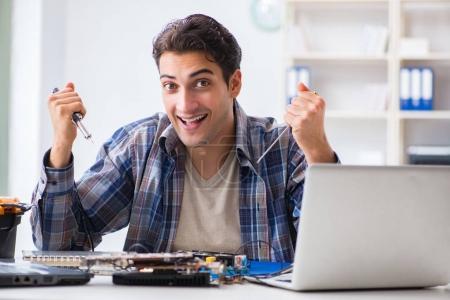 Photo pour Concept de réparation et de fixation de matériel informatique par un technicien expérimenté - image libre de droit