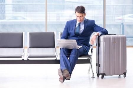 Photo pour Homme d'affaires qui attend son avion en classe affaires à l'aéroport - image libre de droit