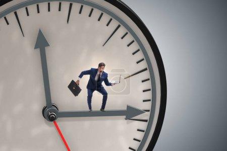 Photo pour Homme d'affaires dans le concept de gestion du temps - image libre de droit