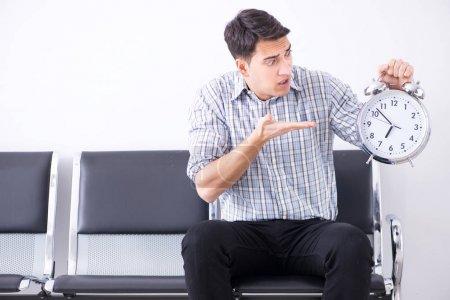 Photo pour L'homme attend nerveusement dans le hall - image libre de droit
