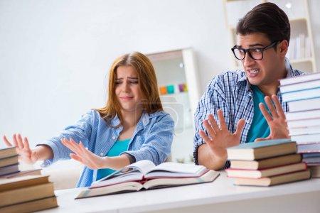 Photo pour Paire d'étudiants aux examens de l'Université - image libre de droit