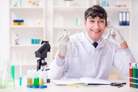 Photo pour Jeune scientifique chimique en laboratoire - image libre de droit