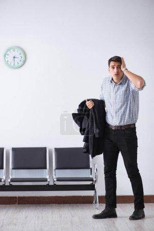 Photo pour Homme avec impatience nerveusement dans le Hall - image libre de droit