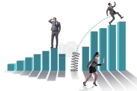 Photo pour Les gens d'affaires sautant par-dessus les graphiques à barres - image libre de droit