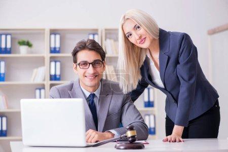 Photo pour Avocat d'affaire juridique avec le client - image libre de droit