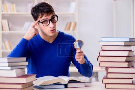 Photo pour Étudiant se préparant aux examens à la bibliothèque du collège - image libre de droit