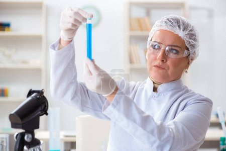 Photo pour Femme chimiste travaillant dans le laboratoire clinique de l'hôpital - image libre de droit