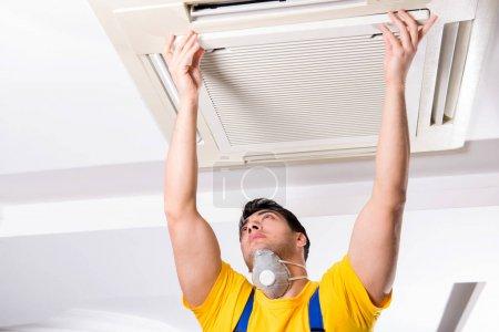 Photo pour Réparateur réparation climatiseur de plafond - image libre de droit