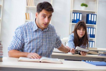 Photo pour Étudiants assis et étudier au Collège de la salle de classe - image libre de droit