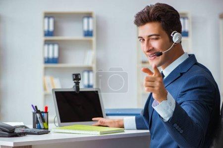 Photo pour Jeune opérateur de service après-vente travaillant au bureau - image libre de droit