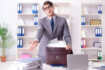 Photo pour Employé avec trop de travail le ramenant à la maison - image libre de droit