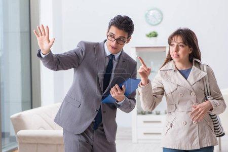 Photo pour Agent immobilier montrant la nouvelle propriété de l'appartement au client - image libre de droit