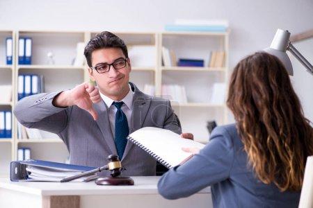 Photo pour Avocat discutant d'affaires juridiques avec le client - image libre de droit