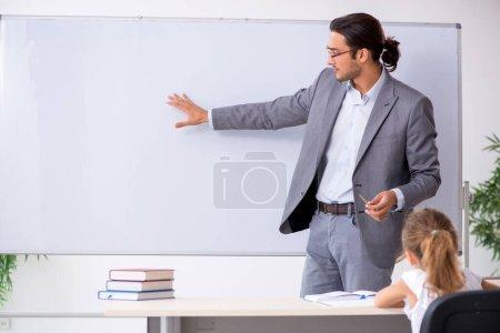 Photo pour Le professeur avec une jeune fille dans la salle de classe - image libre de droit