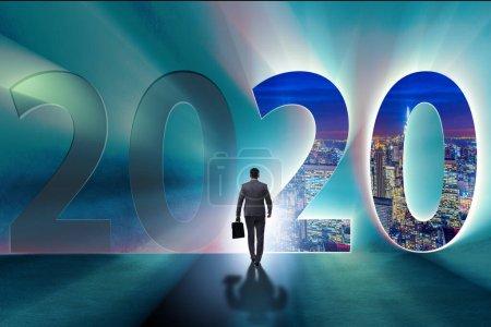 Photo pour L'homme d'affaires et le concept de la nouvelle année 2020 - image libre de droit