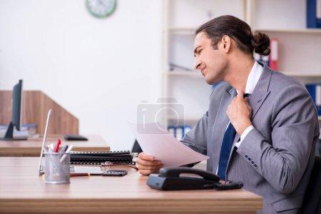 Photo pour L'homme d'affaires malheureux du bureau - image libre de droit