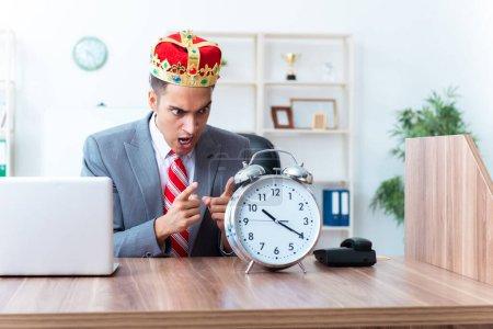 Photo pour Le roi homme d'affaires sur son lieu de travail - image libre de droit