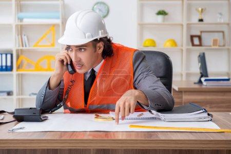 Photo pour Le jeune architecte masculin travaillant dans le bureau - image libre de droit