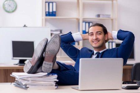 Photo pour Le jeune homme d'affaires masculin travaillant dans le bureau - image libre de droit