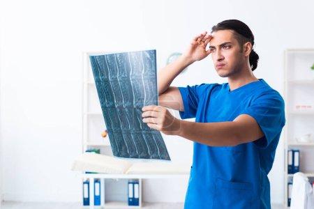 Photo pour Le jeune médecin qui travaille à la clinique - image libre de droit