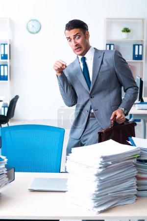 Photo pour L'homme d'affaires avec une lourde charge de travail - image libre de droit
