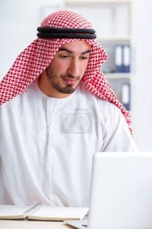 Photo pour L'homme d'affaires arabe travaillant dans le bureau - image libre de droit