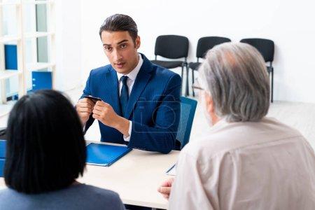 Photo pour Le conseiller financier donne des conseils de retraite à un couple âgé - image libre de droit