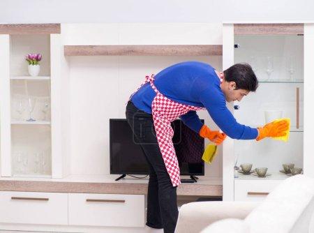 Photo pour The contractor man cleaning house doing chores - image libre de droit