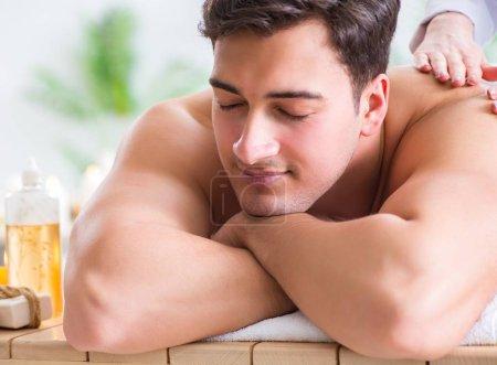 Photo pour L'homme en spa qui apprécie son temps - image libre de droit