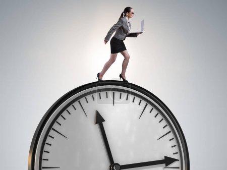 Photo pour Femme d'affaires dans le concept de gestion de temps - image libre de droit
