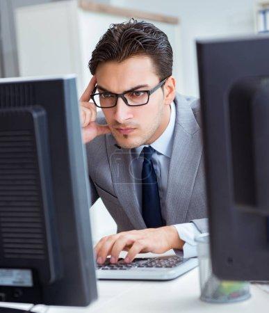 Photo pour L'homme d'affaires assis devant de nombreux écrans - image libre de droit