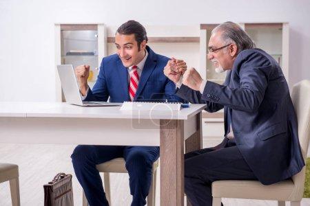 Photo pour Les deux hommes d'affaires discutant d'affaires en poste - image libre de droit